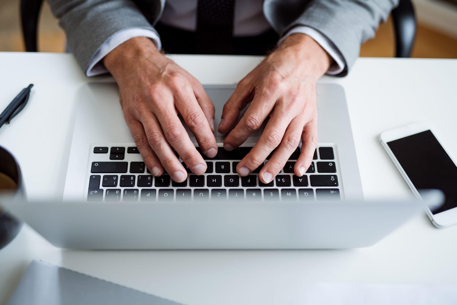 businessman office desk desktop dirtiest places in office